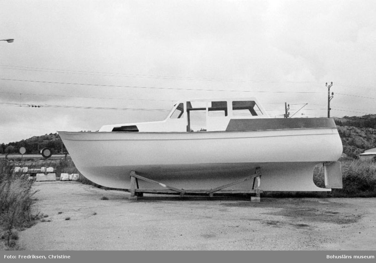 """Motivbeskrivning: """"Lysekils båtvarv, skrov och däck till Brofjord 36."""" Datum: 19800909"""