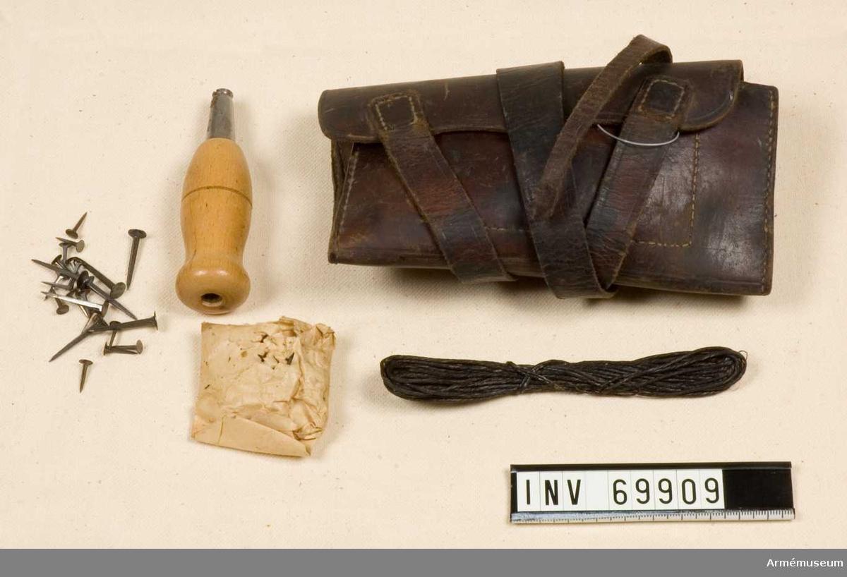 Sylväska, troligen äldre modell, innehållande syl, nubb, nålar, becktråd.