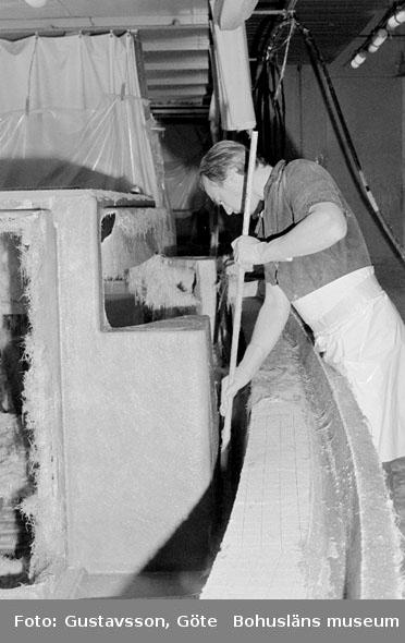 "Motivbeskrivning: ""Gullmarsvarvet AB, på bilden syns Ove Johansson som rullar ut ett laminatlager."" Datum: 19801031"