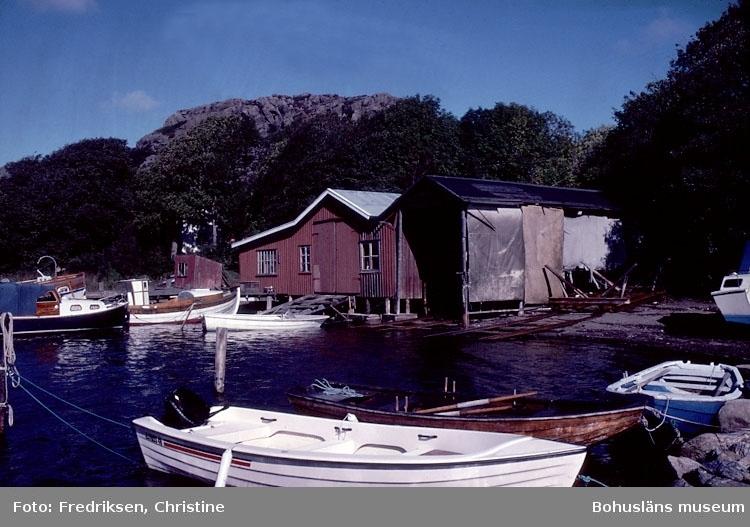 """Motivbeskrivning: """"Dan Carlssons varv, Boxvik, Orust. På bilden syns båtbyggarverkstaden.""""  Datum: Sept 1980."""