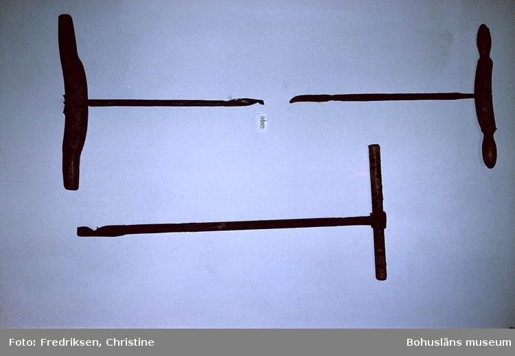 "Motivbeskrivning: ""Bassholmen. På bilden syns f.d. Bassholmens Mekaniska (fotograf: Christine Fredriksen)."" ""Båtbyggarverktyg."" Datum: 1980-10."