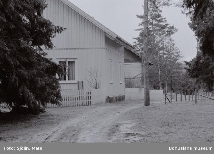 """Bohusläns samhälls- och näringsliv. 2. STENINDUSTRIN. Film: 4  Text som medföljde bilden: """"Arbetarbostad, April -77."""""""