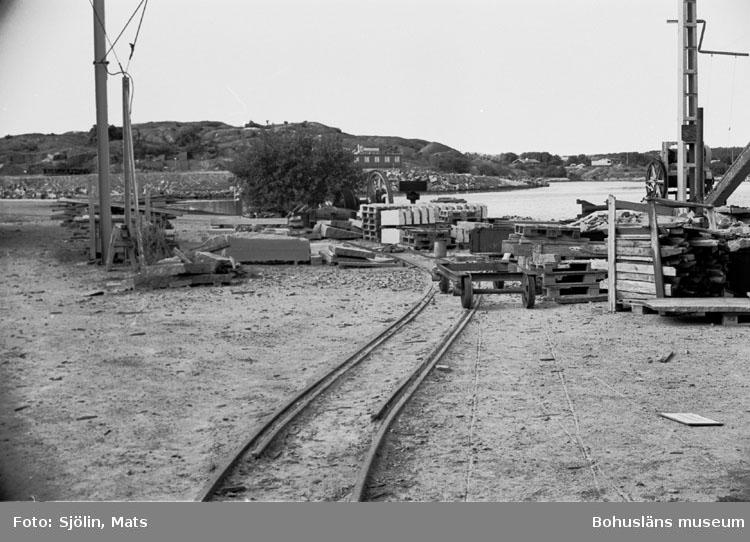 """Bohusläns samhälls- och näringsliv. 2. STENINDUSTRIN. Film: 43  Text som medföljde bilden: """"Järnväg. Juli 1977."""""""
