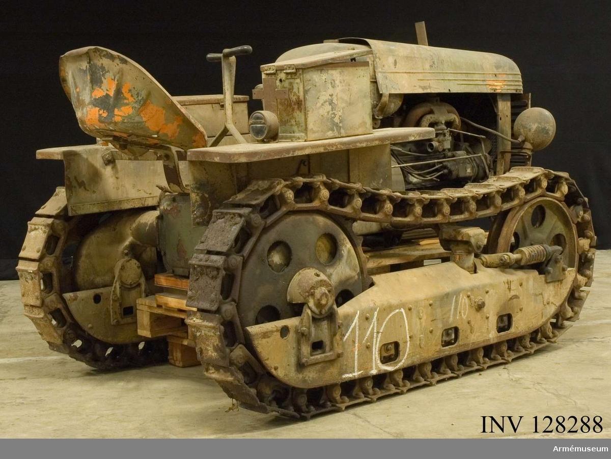 Grupp F VI b. Traktor med band (1xA 3  3X4 669677 motor). Tillbehör: Skelettskor ned isbroddar, Ackumulatorbatteri, Baklykta, Dragkrok, Handlampa med sladd, Kylarskydd, Kapell, Skruvmejsel, Nycklar fasta 5 st, Strålkastare 2 st, Verktygsfodral av väv, Smörjspruta.
