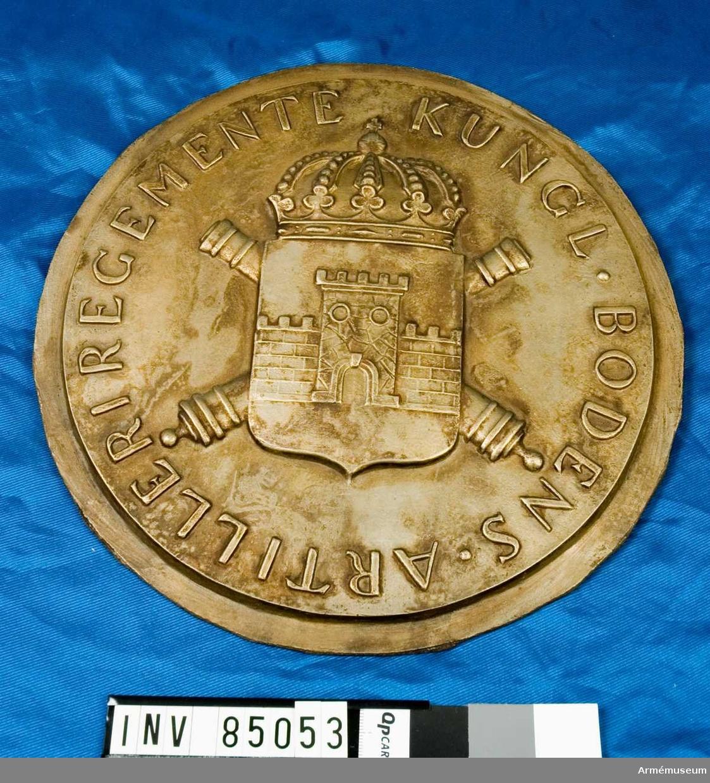 nr. 11882 korsade kanoner, vapensköld krönt av kungl. krona, text   Skulptör