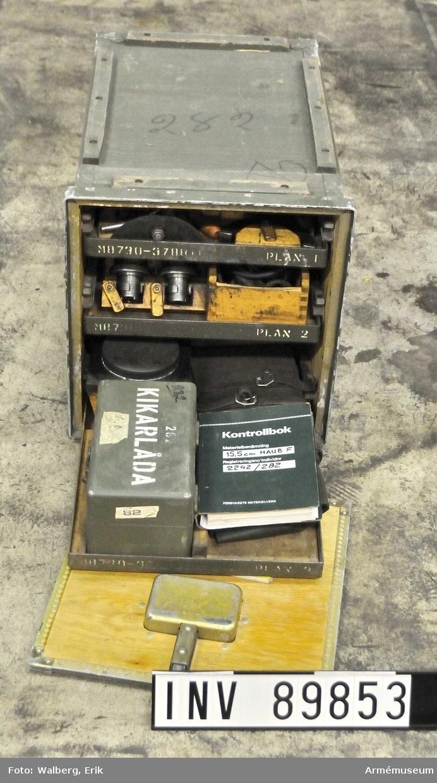 M8730-378810, vilket är en tillbehörslåda för 15,5 cm haubit F.  20111-01-12 EW Samhörande är: 15,5 cm haubist F, AM 89843 samt tillbehör AM 89852-55,  AM 89866.