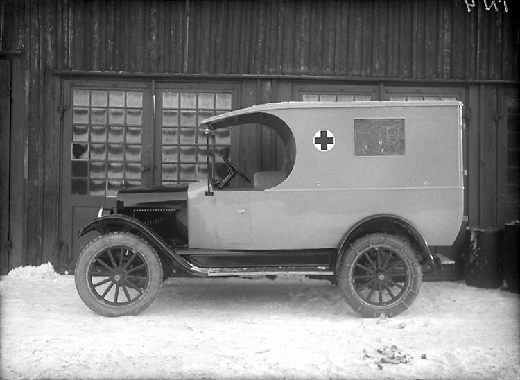 """Enligt senare noteringar: """"Ambulans; Göteborgs läns sjuktransportbilbil år 1925."""""""