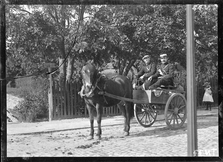 """Enligt senare noteringar: """"Två militärer, """"fiender"""", i hästkärra på kullerstensgata."""""""