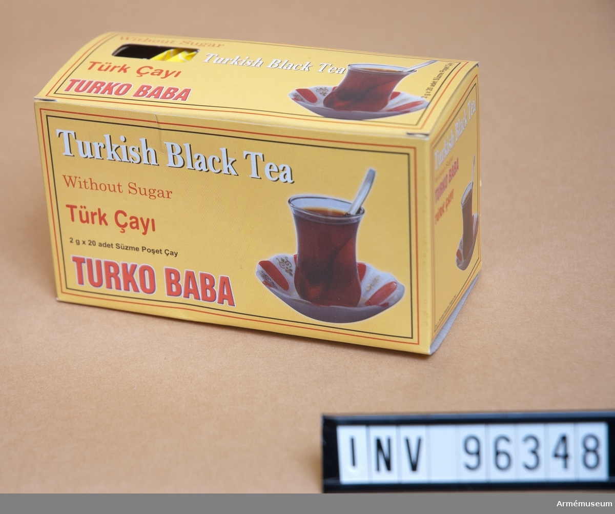 "Té i papperskartong av märket ""Turkish black tea""."