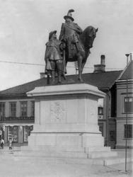 Dubbelstatyn av Karl X Gustav och Erik Dahlbergh på Kungstor