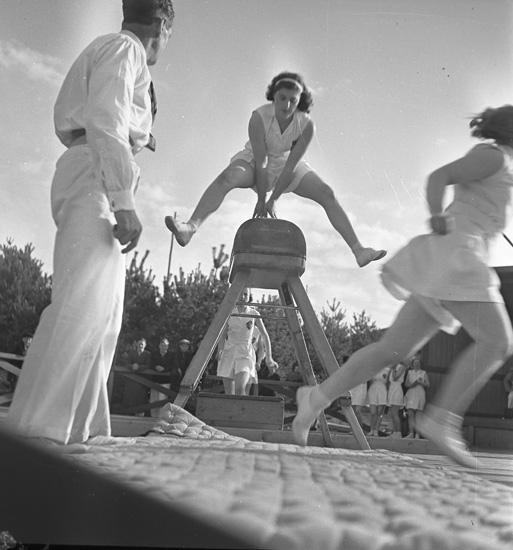 """Text till bilden: """"Fiskebäckskil. Gymnastikuppvisning. 1939.05.14""""."""