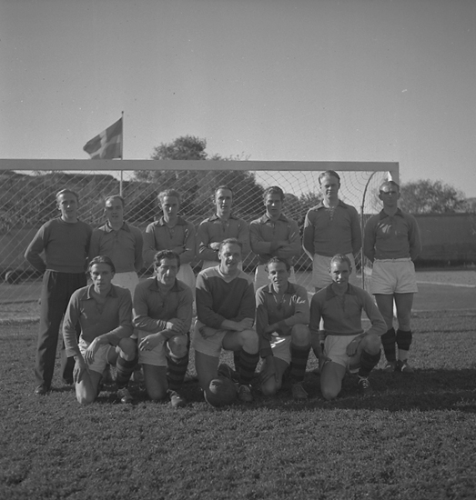 """Text till bilden: """"Slättens IK fotbollslag. 1946.09.28""""."""