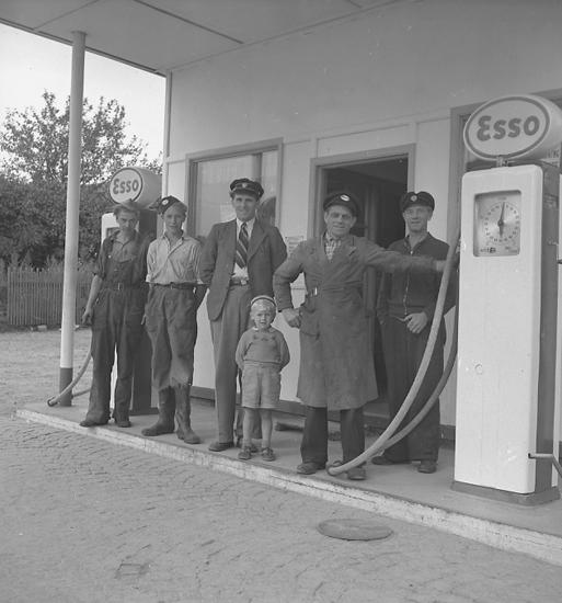 "Text till bilden: ""ESSO. Bensinstation. 1947.09.11""."