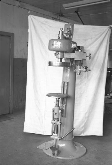 "Text till bilden: ""Bergmans Mek. Verkstad. Lysekil. Tillslutningsmaskin. 1949.05.25""             i"