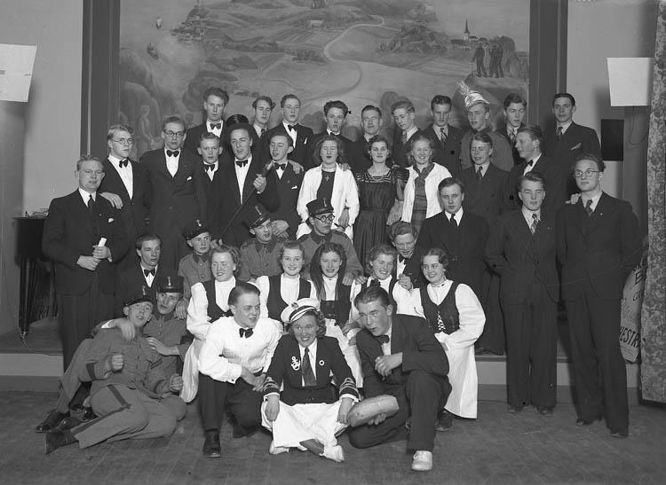 """Text till bilden:""""Gruppbild. V. U. Skolan 26/12 1941""""."""