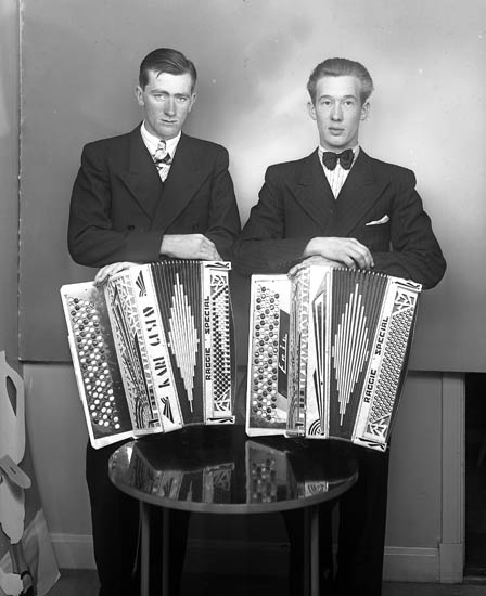 """Text till bilden:""""Två dragspelare. Karl-Gustav och Erik""""."""