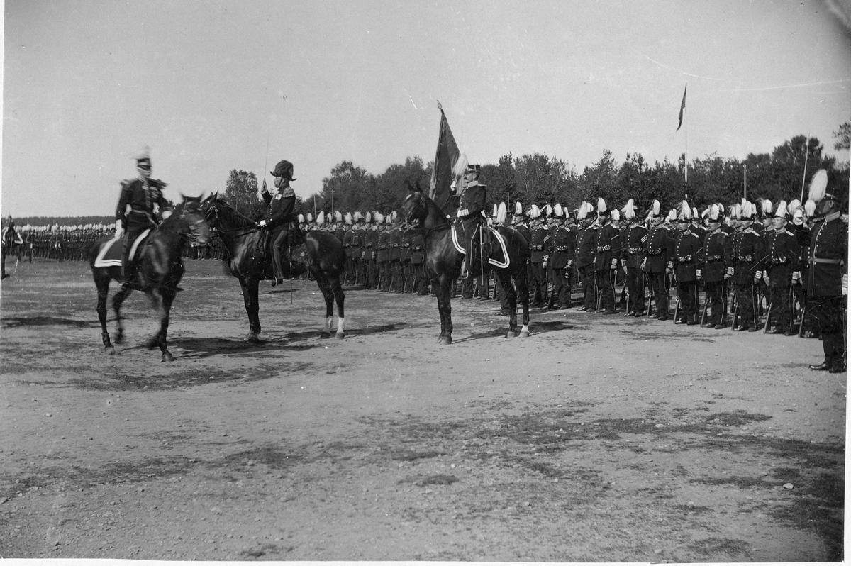 Överste Johan Lilliehööks avsked från Livregementet till fot (I 3) vid Sanna hed den 29/8 1897. Fotografiet visar Lilliehöök framför III bataljonen kommenderad av stabsadjutant Holmberg.