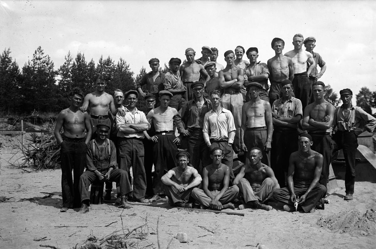 """En grupp arbetare vid anläggandet av Jönköpings gamla flygfält. Flygfältet byggdes på de """"bottenlösa"""" kärren sydväst om Rocksjön i början av 1930-talet."""