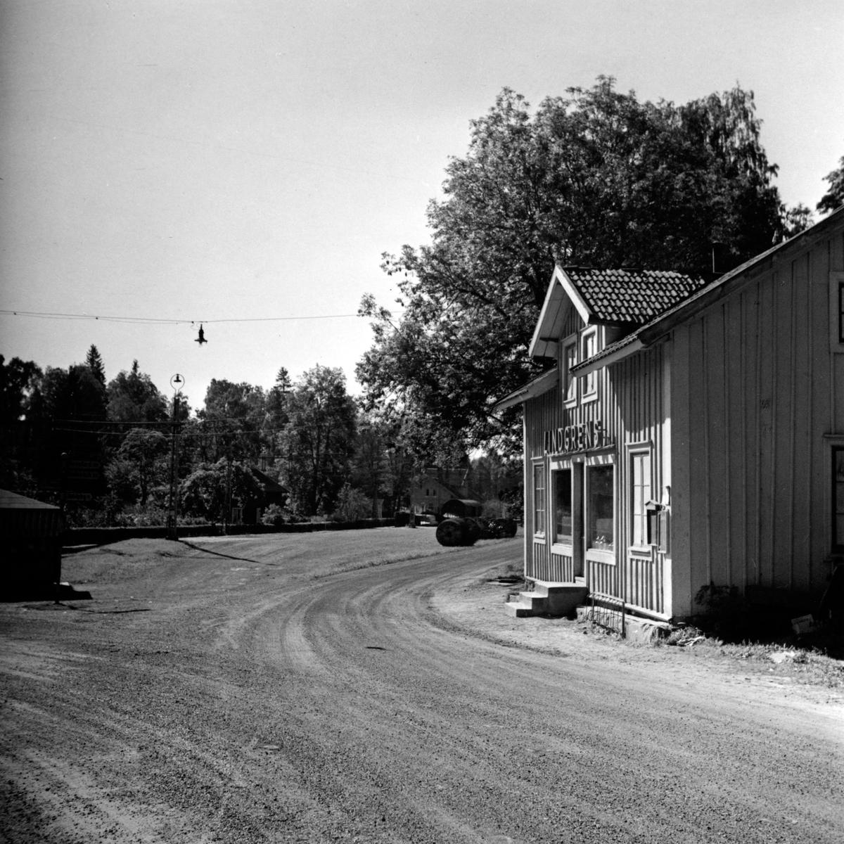 Lindgrens speceri- och diversehandel vid bommarna i Tenhult. Det revs år 1947.