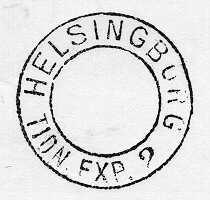 Datumstämpel, rund med heldragen ytterram och groteskabokstäver. Stampen av stål med mässingshållare och träskaft.Normalstämpel 37. Stämpeln användes på tidningsexpeditioner.