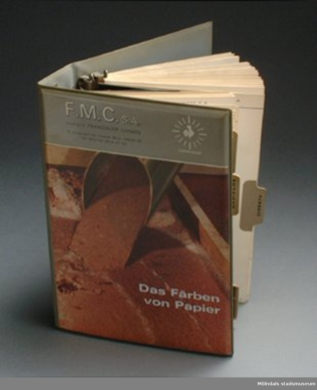 Katalog med färgprover på papper samt recept till färgblandning.