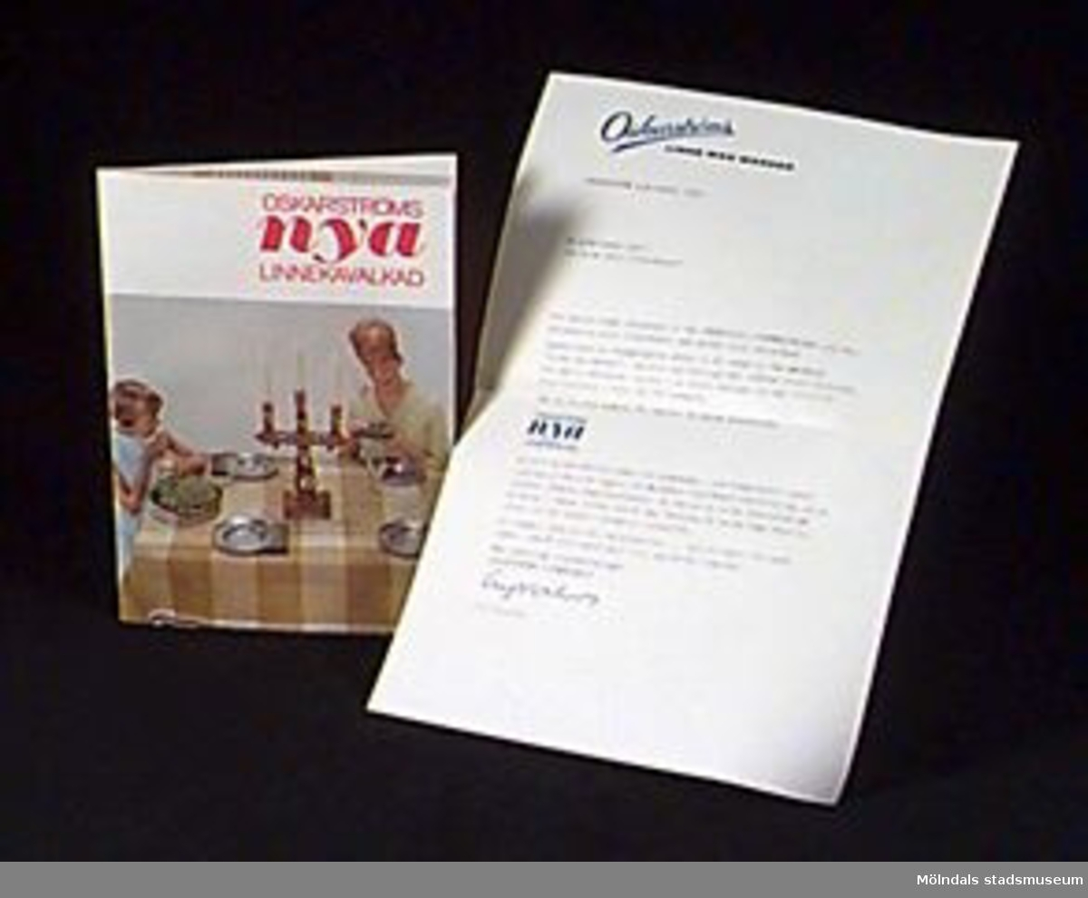 """Folder i form av papper dubbelvikt två gånger, mått i ovikt tillstånd: L 214 mm B 153 mm. Omslag i vitt med fotografi av en kvinna och en liten flicka vid ett dukat bord, röd text högst upp: """"Oskarströms nya linnekavalkad"""". Tillhörande brev 02711:2: Reklambrev från Oskarström med logotypen i blått som brevhuvud. Mått: L 300 mm B 213 mm.Samhör med övrigt material rörande linneförråd, 02706-02722, 02727-02729.Övriga uppgifter se 02643:1.Tidigare sakord: broschyr."""