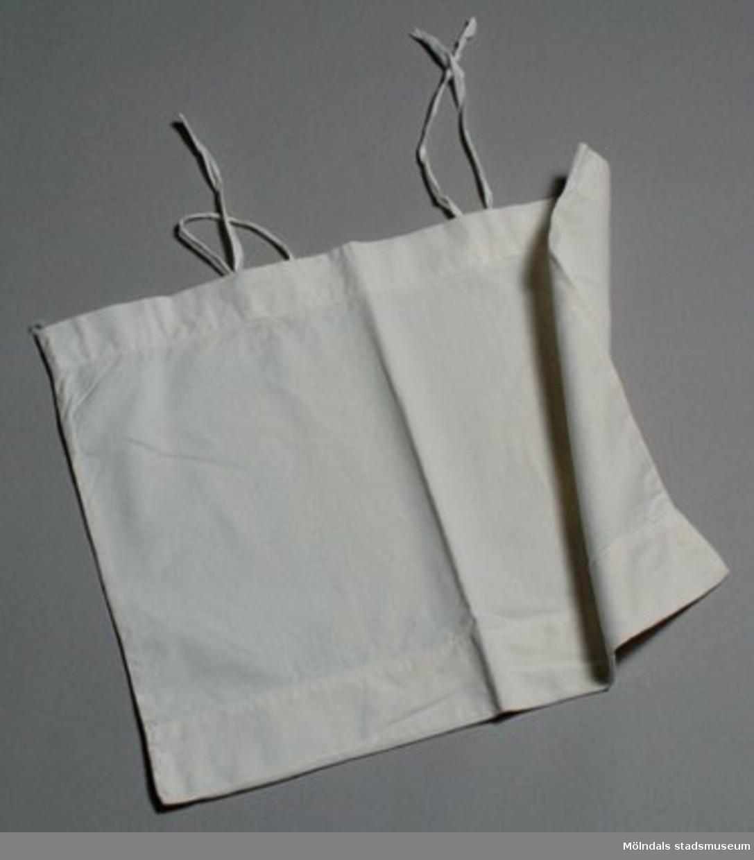 Benvitt porslin från Gustavsbergs fabriker. Tryckt under faten med Gustavsbergs stämpel (texten Gustavsberg kring ankare).