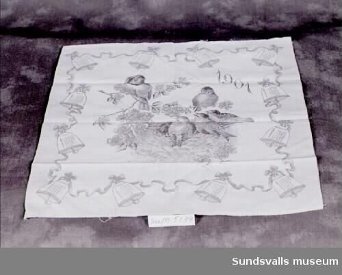 Näsduk av bomull med tryckt almanacksmotiv från 1901 föreställande ett fågelbo omgivet av tolv klockor med årets månader och dagar i.
