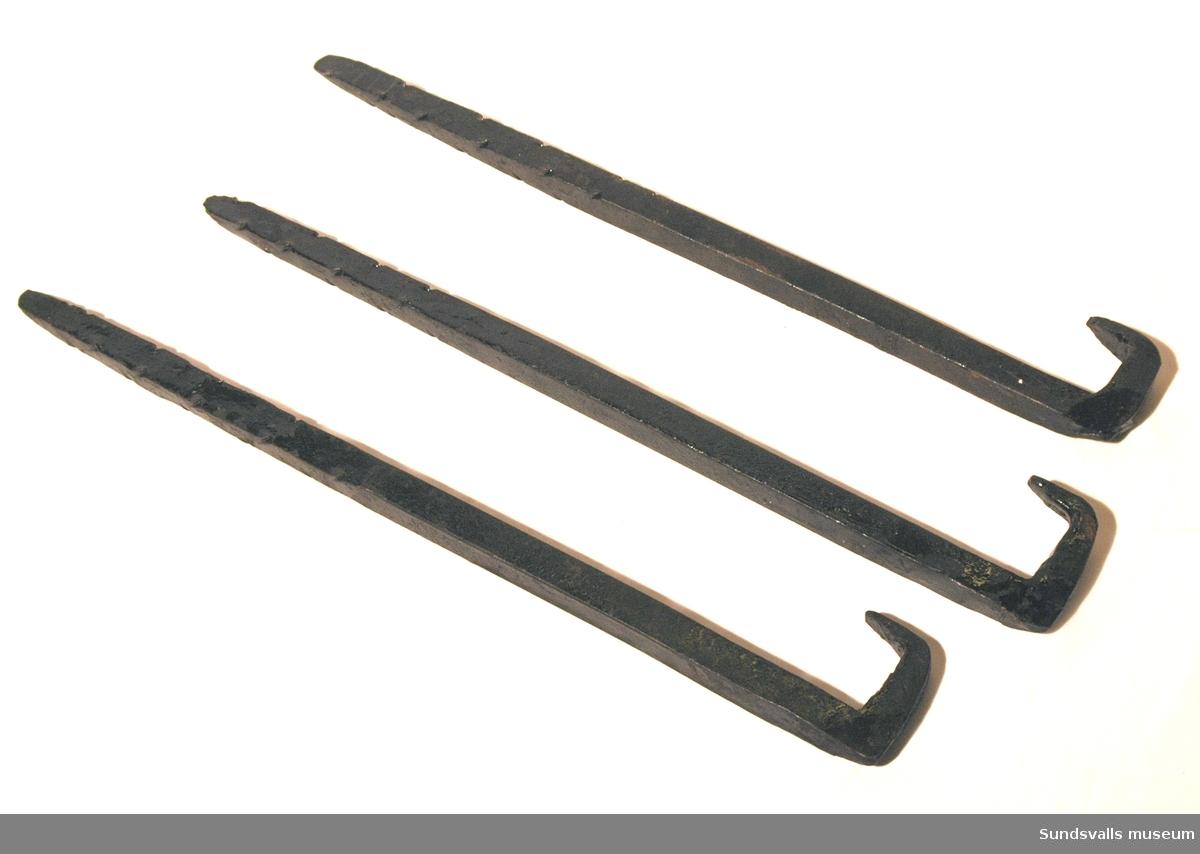 Spetsigt järnstycke smidd i smedjan på Wiiforsens Kraftstation. Änden är spetsig med inslagna jack på kanterna, medan den andra änden avslutas i en krok.
