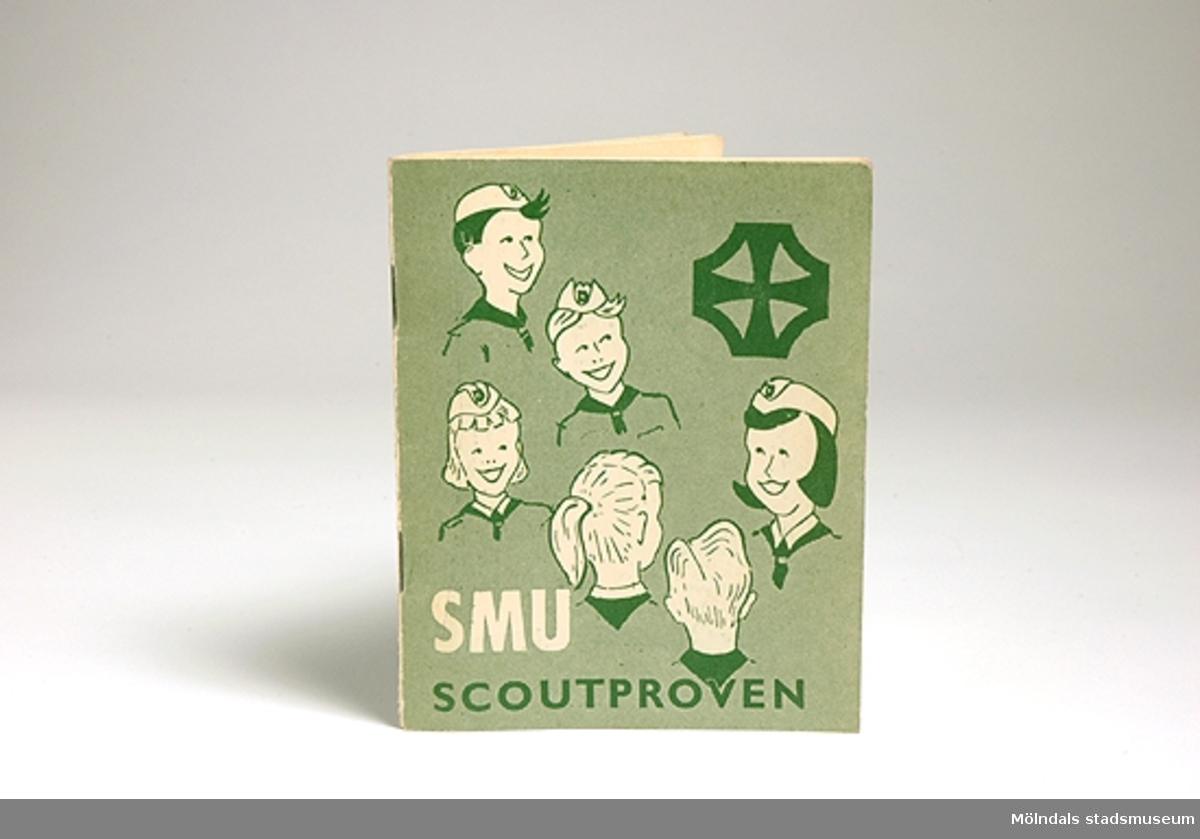 """Ett grönt litet häfte """"SMU scoutproven"""" utgivet av Missionsförbundets förlag. Pris 50 öre står på baksidan. Framsidan har bilder av pojk- och flickscouter. Inne i boken står ägarens namn, namnen på patrullkamrater och ledare, regler, proven och provtagningstillfällen m.m.Givaren/ägaren gick med i SMU-scouterna 1956 nio år gammal. Man samlades i Missionskyrkan i Kållered 1 gång/vecka. Gruppen bestod av enbart flickor. Det var en speciell tillhörighetskänsla att vara scout. Ledaren hette Lotta. Givaren åkte även på lägerveckor i Sjövik vid sjön Anten."""