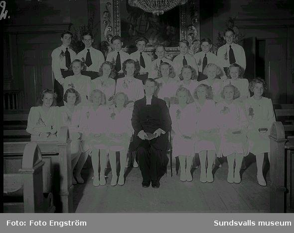 Konfirmationsgrupp i kyrka.