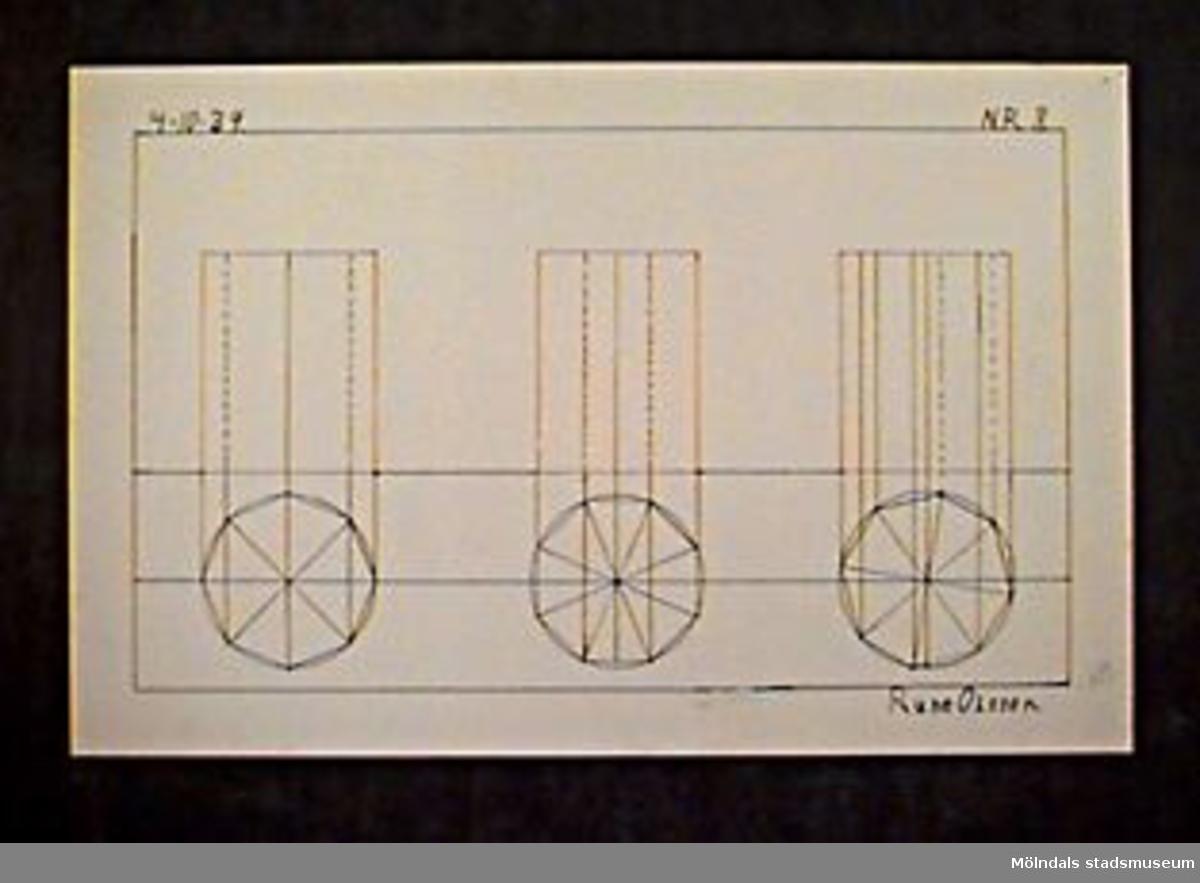 """Ritning av oktagoner i cirklar, och linjer i röd och svart tusch. Längst upp till vänster står """"4-10-39"""" och längst upp till höger """"N.R.8."""". Betygssatt: """"AB-"""" med blyerts nere till höger. Längst ner till höger också """"Rune Olsson."""" med tusch.Givaren gick hela sin skoltid i Toltorpsskolan."""