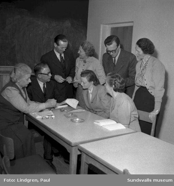 Debatt i Skönsberg. Kvinnor och män i möte.
