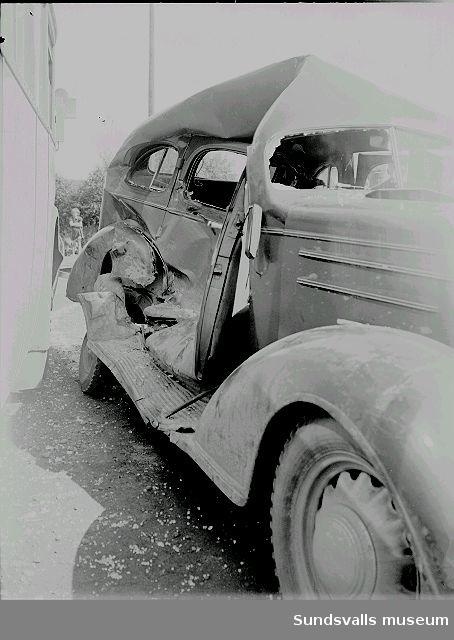 Bilolycka, krock mellan buss och bil.