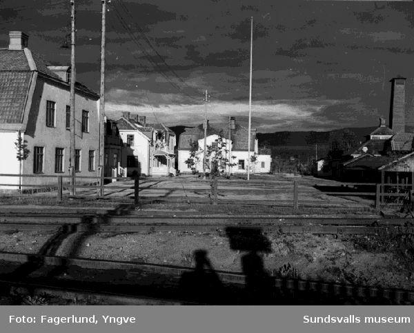 Ljungaverk sett från järnvägsbron med fabrikskontoret t v., och industriområdet t h.