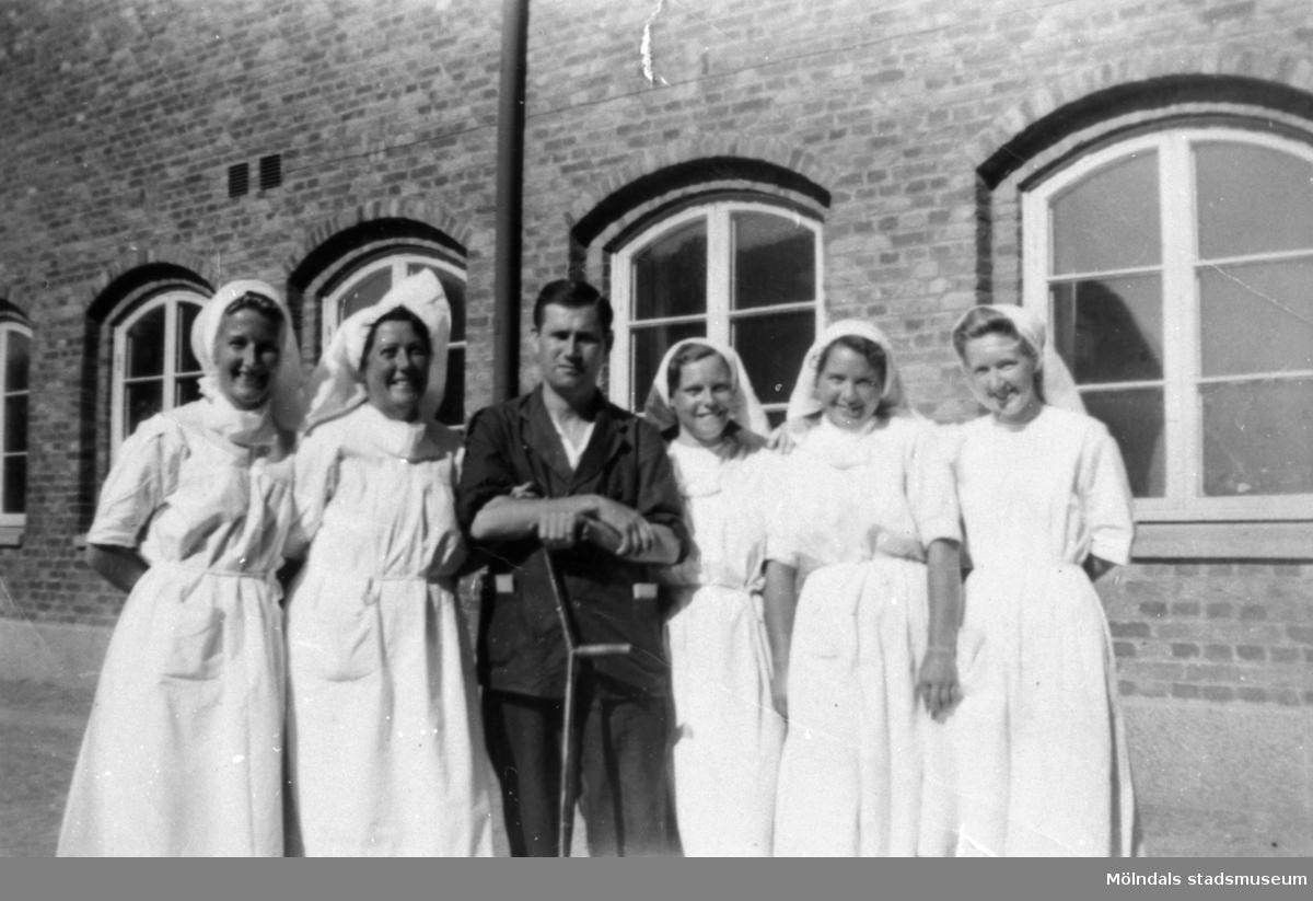 """""""Karantänsförläggning"""" på Kvarnbyskolan för flyktingar från koncentrationsläger i Tyskland 1945. En manlig flykting med fem sköterskor."""