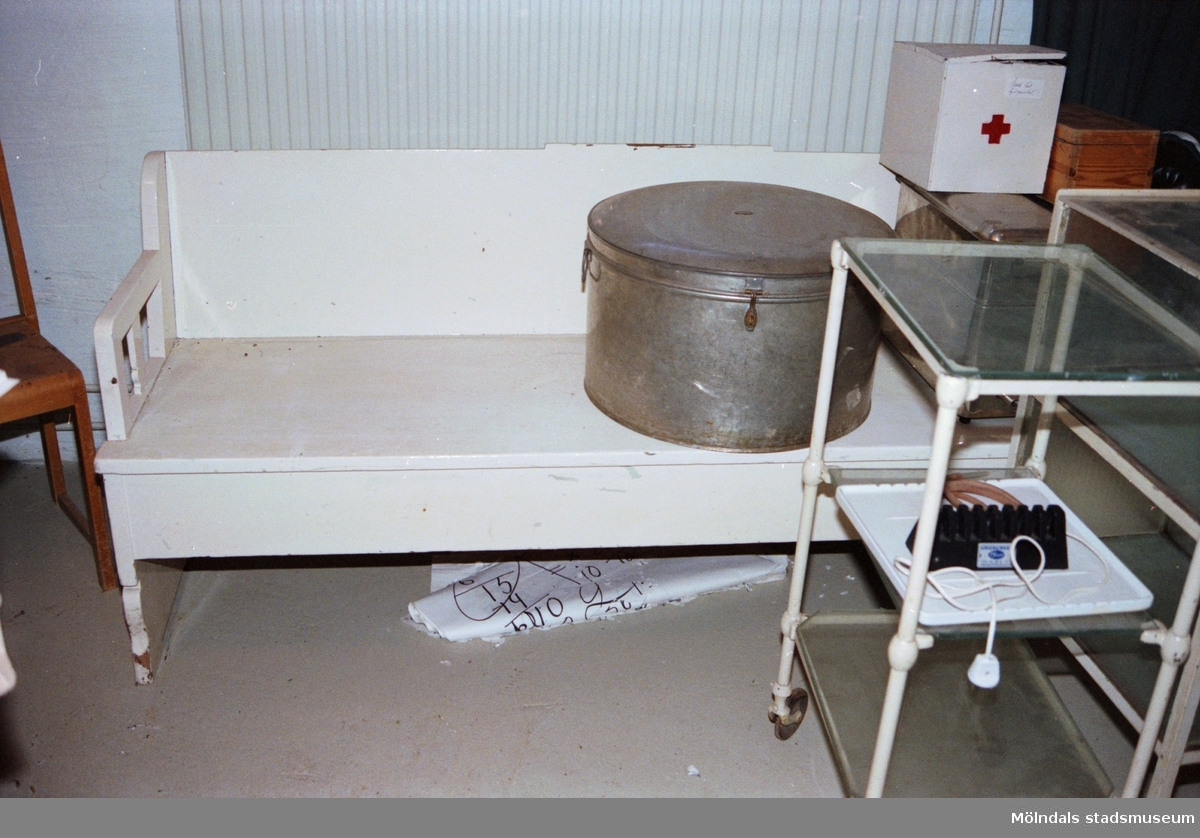 """Utrustning från sjukstugan i förskolan. Saker som stod på Streteredshemmets vind innan Mölndals museum hade sin utställning """"Är du inte riktigt klok?""""."""