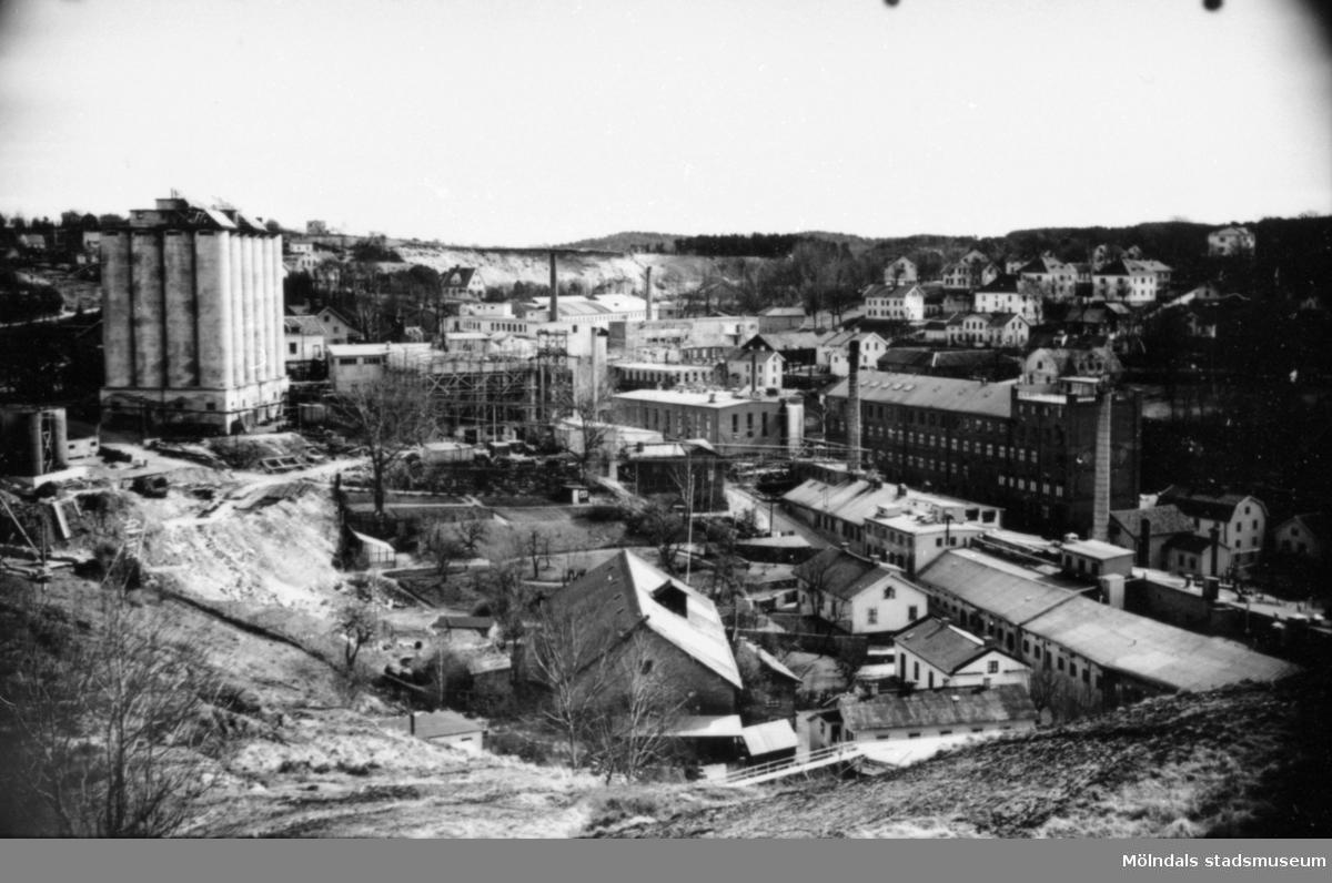 Utsikt mot Kvarnbyn från Störtfjället. Den höga ljusa byggnaden till vänster är SOAB:s silo för förvaring av linfrön. Byggnaden är nu riven. Årtal okänt.