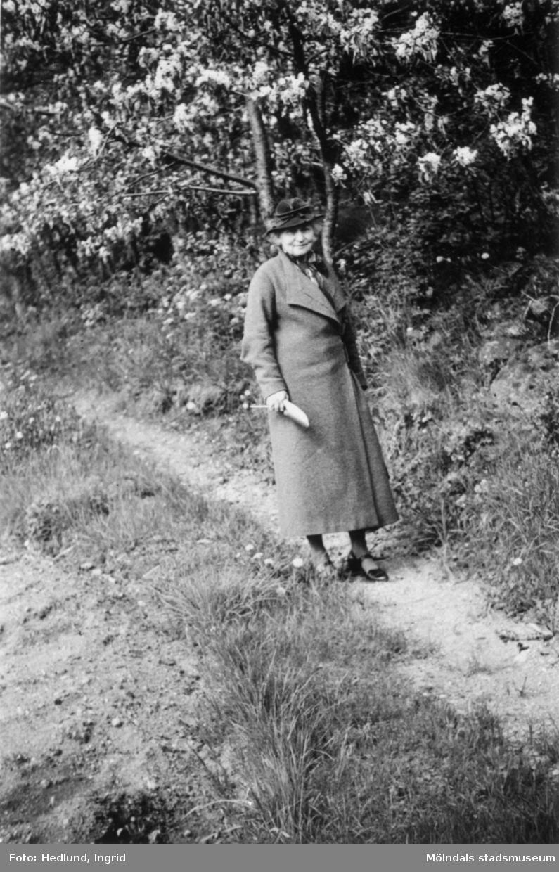 Äldre kvinna i en park. Troligtvis Norrköping 1935-1937.