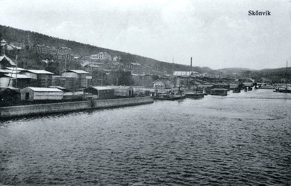 Vy över Skönviks sågverkssamhälle. Vykort.