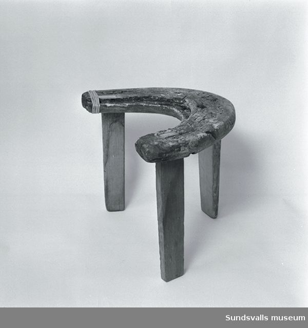 Förlossningsstol daterad 1725.