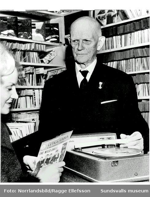 Joel Sjöberg, som drev sin musikhandel i Hirschska huset till 97 års ålder.