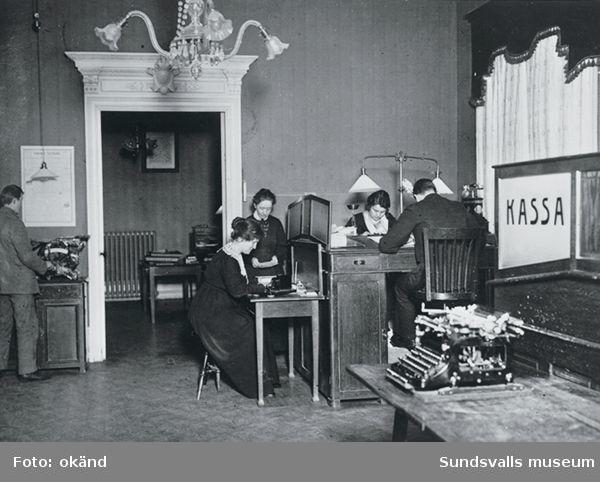 A G Dahlmans kontor. Kontorsfröknarna, bokhållaren och kontorspojken (i vänster bildkant). Storgatan 38.