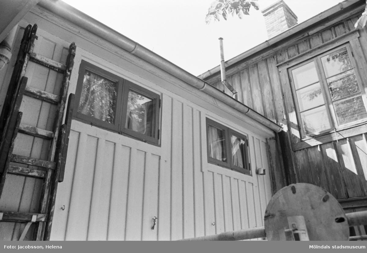 Bostadshus Roten M 11-12, okänt årtal. Två husgavlar med fönster samt en stege.