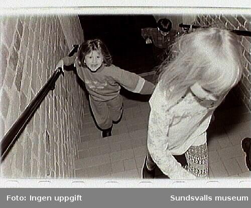 """Öppna förskolans verksamhet i museets """"Barnens galleri"""". ser på konst i museets utställningar."""