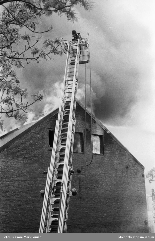 Soab-branden i Stora Götafors den 4 juni 1986. Branden bekämpas från stege.