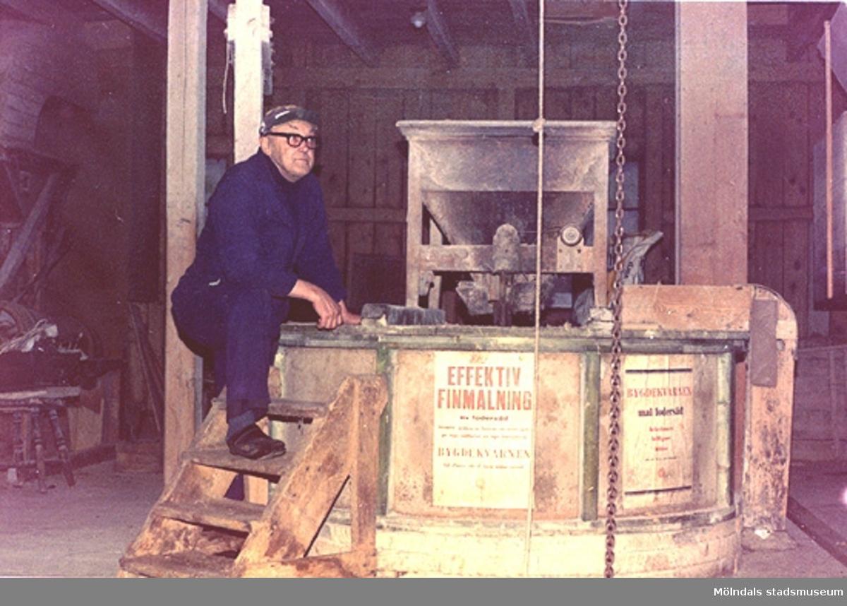 Mjölnaren Ernst Ellerot vid sin kvarn. Fotograf och årtal är okänt.