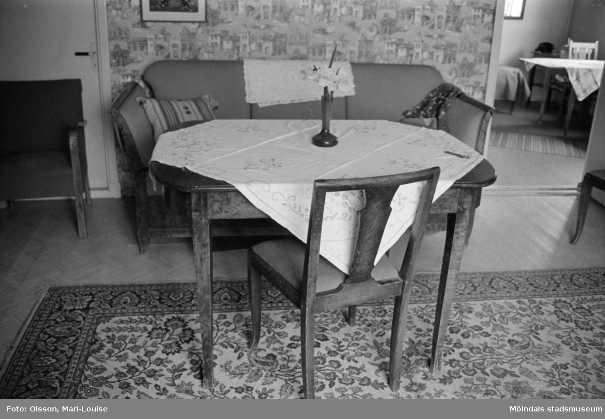 """Interiörbilder från snickaren Gustav Johanssons bostad. Möbel i björk. -""""TomteGustavs"""" i Sagered, Lindome, 1987."""