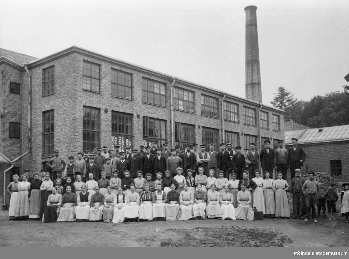 Arbetsstyrkan, vid Anderstorps fabriker, sitter eller står framför nya spinneriet (byggdes 1907). 1920-tal.