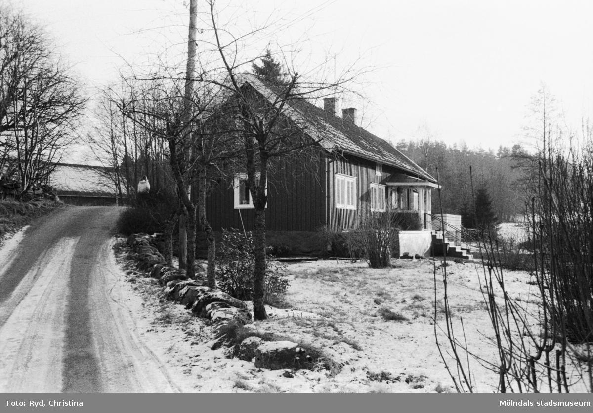 Ett boningshus vid vägskäl mot Porris, Hassungared, 1991.